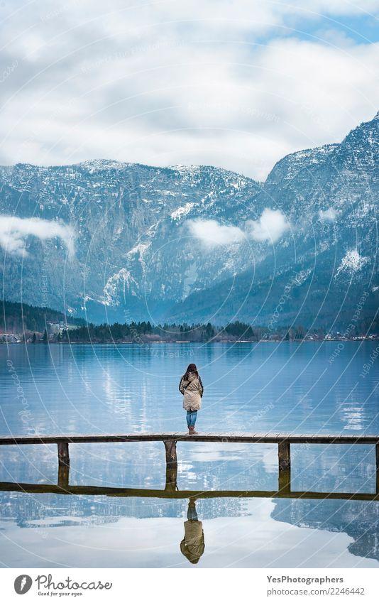 Frau auf einer Brücke die Aussicht genießend Mensch Natur Ferien & Urlaub & Reisen Jugendliche Junge Frau Einsamkeit Berge u. Gebirge Erwachsene Tourismus