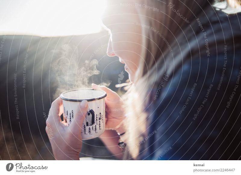 Junge Frau mit dampfender Tasse Heißgetränk Tee Becher Emaille Leben harmonisch Wohlgefühl Zufriedenheit Sinnesorgane Erholung ruhig Freizeit & Hobby Ausflug