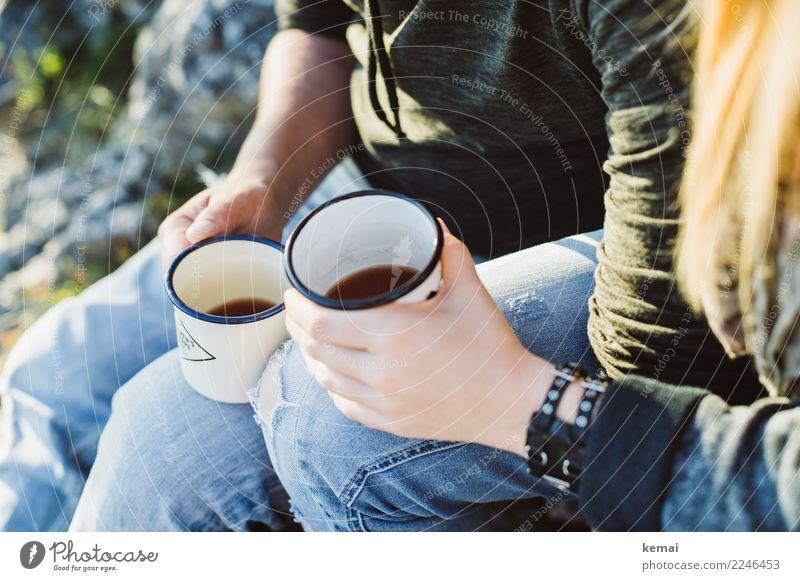 Just drink it up. Mensch Natur Jugendliche Junge Frau Junger Mann Sonne Hand Erholung ruhig Berge u. Gebirge Wärme Lifestyle Liebe Stil Freiheit Zusammensein