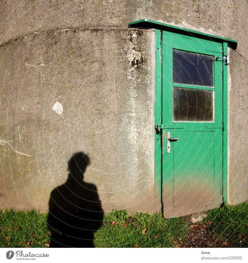 Greeting 2011 Mensch Mann Erwachsene Gras Turm Gebäude Mauer Wand Fenster Tür alt dreckig Eingang Glasscheibe verwohnt Farbfoto Gedeckte Farben Außenaufnahme