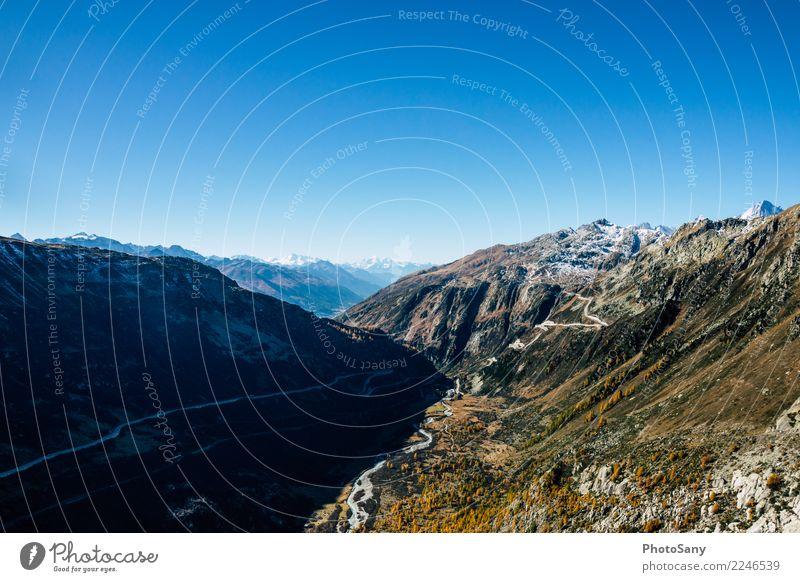 Ein Weg mit Blick Schweiz Schweizer Alpen Grimsel Pass Herbst Berge Schattenspiel