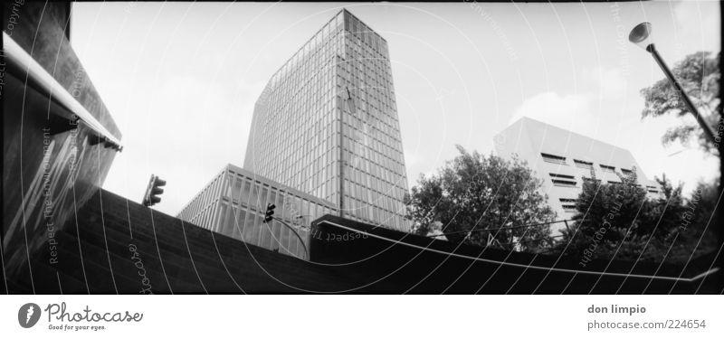 breit machen weiß Stadt schwarz Haus Architektur Gebäude Hochhaus hoch groß Treppe Hamburg modern neu Bauwerk analog