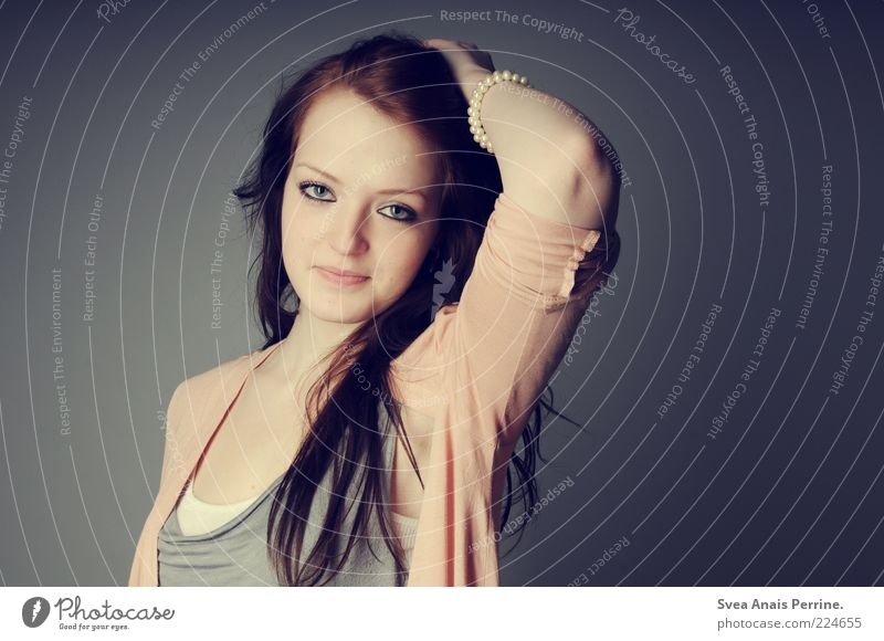 Hey! Lifestyle elegant Stil schön feminin Junge Frau Jugendliche Haare & Frisuren 1 Mensch 18-30 Jahre Erwachsene Mode T-Shirt Accessoire Schmuck langhaarig