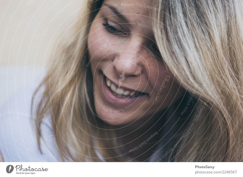 Ein lächeln hilft Mensch feminin Junge Frau Jugendliche Haare & Frisuren Zähne 1 18-30 Jahre Erwachsene blond Lächeln Fröhlichkeit Glück positiv schön braun