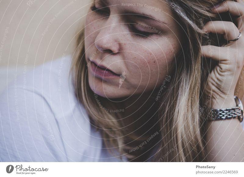 Nur ich, in Gedanken fern II Frau Mensch Jugendliche Junge Frau weiß ruhig Erwachsene Gefühle braun 13-18 Jahre nachdenklich blond authentisch einfach