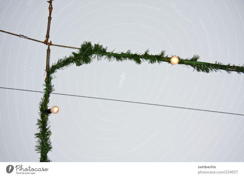 Weihnachten (Rest) Himmel Weihnachten & Advent Winter Lampe hoch Dekoration & Verzierung leuchten Kette Glühbirne Illumination Weihnachtsdekoration Weihnachtsmarkt Wolkenloser Himmel Lichterkette Tannenzweig Textfreiraum links