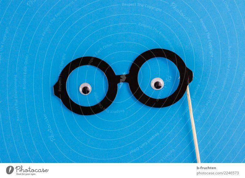 Durchblicker Mann blau schwarz Auge maskulin Papier beobachten Freundlichkeit Brille Neugier Karneval Wachsamkeit klug Requisit