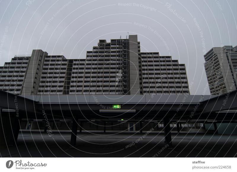 Düstere Aussichten Stadt Haus dunkel grau Beton Fassade Hochhaus trist München Parkhaus Plattenbau Stadtrand Wege & Pfade Umwelt Notausgang Fluchtweg