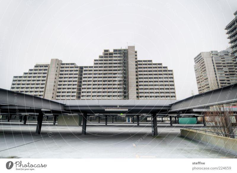 Weniger düstere Aussichten Stadt Haus grau Beton Fassade Hochhaus trist München Parkhaus Plattenbau Ghetto Stadtrand Ausgrenzung Gebäude Bayern Umwelt