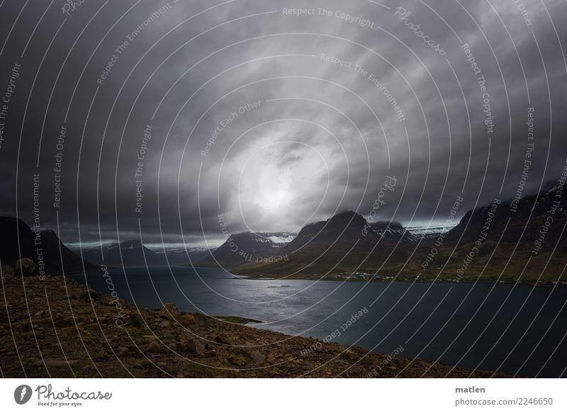 Leben am Fjord Natur Landschaft Himmel Wolken Horizont Frühling Wetter Wind Felsen Berge u. Gebirge Schneebedeckte Gipfel Küste Dorf Haus bedrohlich dunkel
