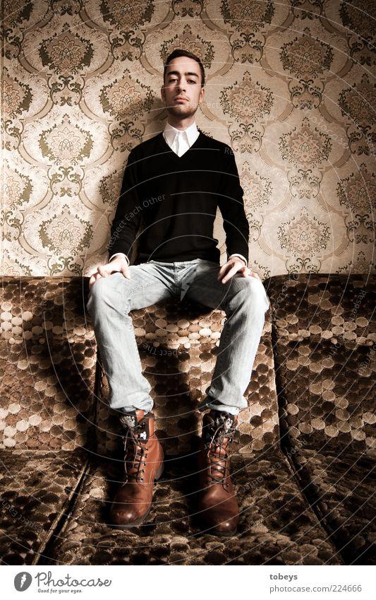 Noblesse Jugendliche Stil Erwachsene lustig Kraft sitzen elegant Mode Armut maskulin Lifestyle Macht retro dünn Sofa
