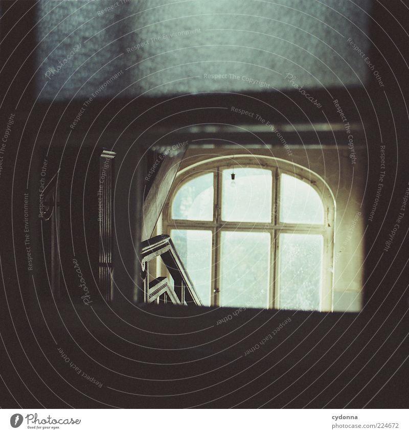 Treppenhaus ruhig Einsamkeit Haus dunkel Leben Fenster träumen Raum Zeit elegant ästhetisch planen Lifestyle Häusliches Leben Vergänglichkeit