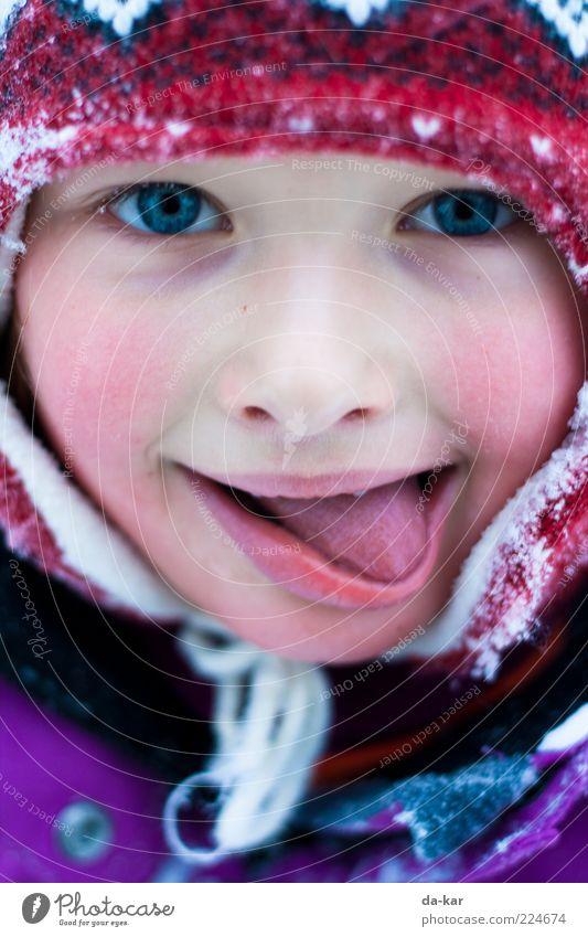 So schmeckt der Winter Mensch Kind Mädchen Kindheit Gesicht Zunge 1 3-8 Jahre Mütze frieren kalt mehrfarbig Lebensfreude Farbfoto Außenaufnahme Nahaufnahme