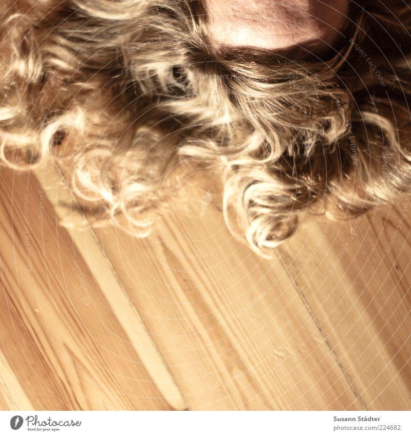 lockeres Löckchen feminin Frau Erwachsene Kopf Haare & Frisuren blond langhaarig Locken Scheitel Pony liegen träumen Dielenboden Haarsträhne Holz Bodenbelag