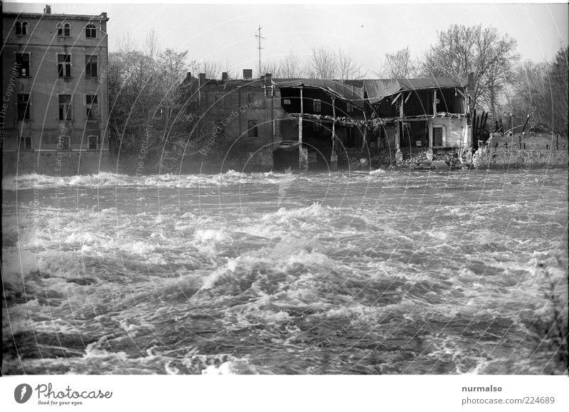 Hochwasser Wasserkraftwerk Umwelt Natur Landschaft Urelemente Klima Unwetter Nebel Wellen Flussufer Haus Hütte Gebäude nachhaltig wild Verfall Vergänglichkeit