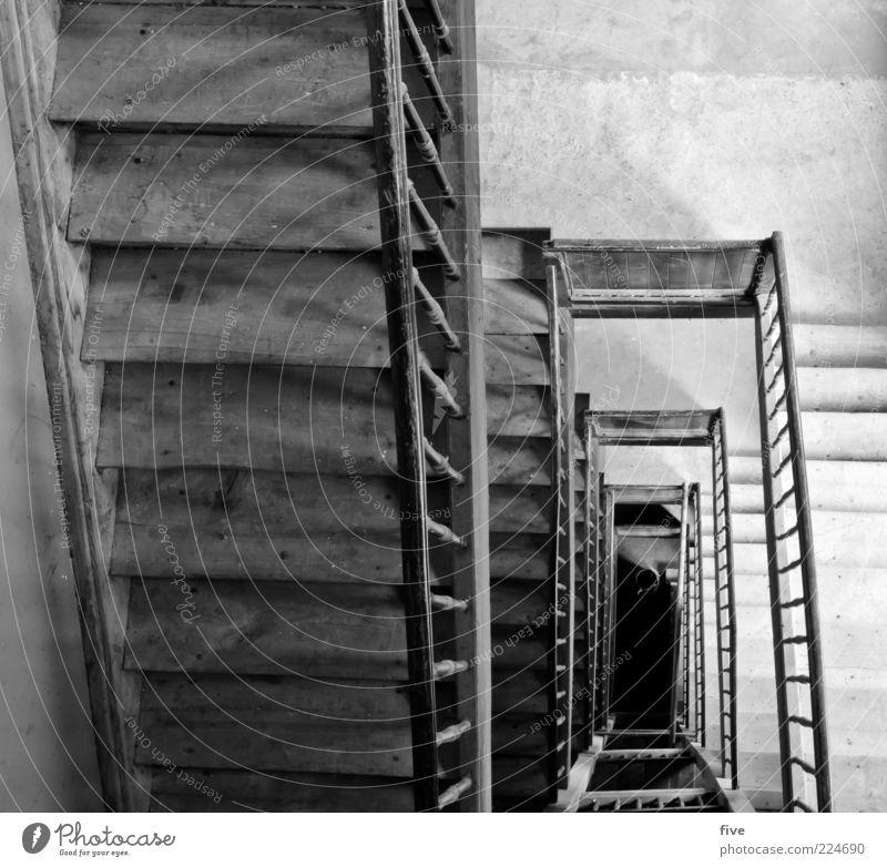 6.Stock Bauwerk Gebäude Treppe alt eckig einfach hoch schwarz weiß Treppengeländer Holz holztreppe Altbau Schwarzweißfoto Innenaufnahme Starke Tiefenschärfe