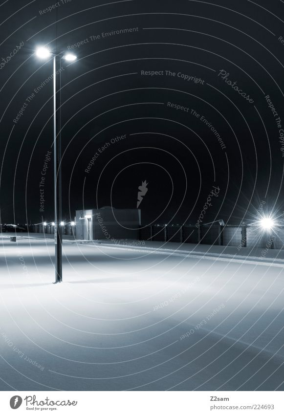 bitte nicht parken! Stadt Winter ruhig kalt dunkel Schnee Architektur Ordnung modern ästhetisch leer einfach Sauberkeit Laterne Straßenbeleuchtung