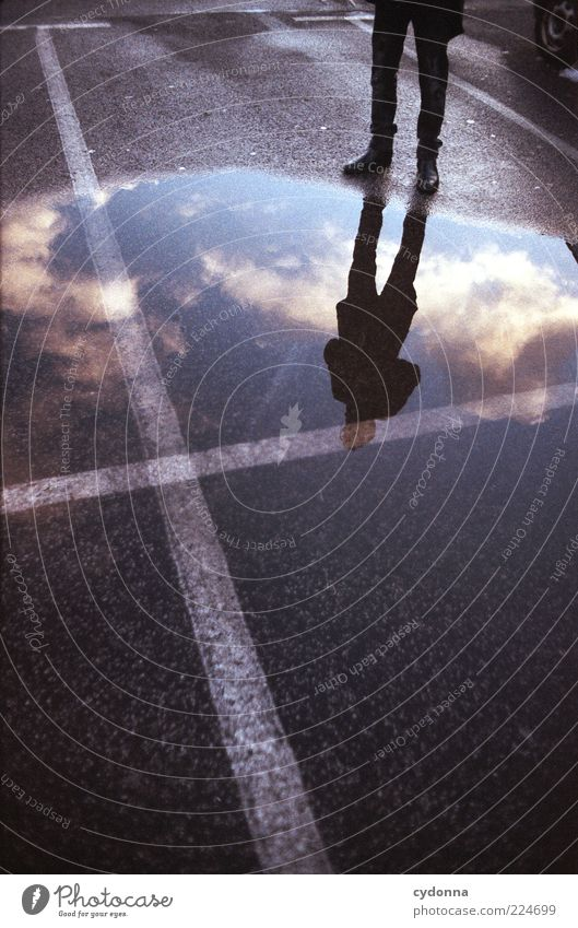 X Stil Mensch Himmel Wolken Kreuz ästhetisch geheimnisvoll Identität Leben träumen Asphalt Parkplatz Fahrbahnmarkierung Reflexion & Spiegelung Spiegelbild