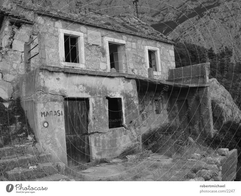 ruine Haus Ruine Kroatien Krieg Türkei Alm schwarz weiß Erdbeben Fenster Architektur Einsamkeit Ziel vorgaukeln kroaten Berge u. Gebirge Hütte Wohnung Stein
