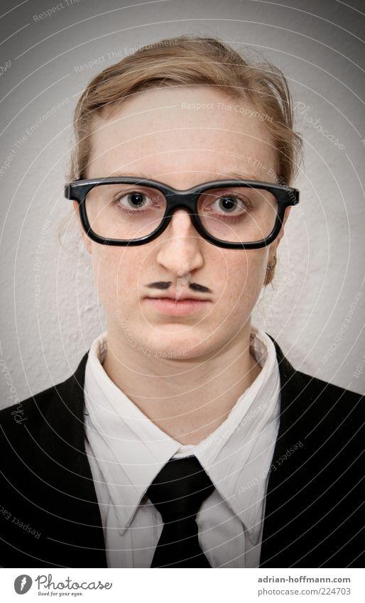 Mrs. Man Business Mensch maskulin feminin androgyn Junge Frau Jugendliche Erwachsene Mann 1 18-30 Jahre Anzug Krawatte Brille blond Oberlippenbart nerdig seriös