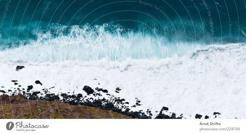 Welle Strand Meer Wellen Unwetter Sturm Küste groß Hintergrundbild Brandung Gischt Farbfoto Außenaufnahme Menschenleer Textfreiraum oben Tag Vogelperspektive