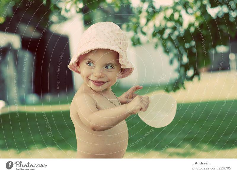 Kleiner Fratz nackt Mädchen Blatt Wiese Spielen lachen Kindheit Lächeln Baby niedlich festhalten Kleinkind Schalen & Schüsseln Kopfbedeckung Sonnenhut