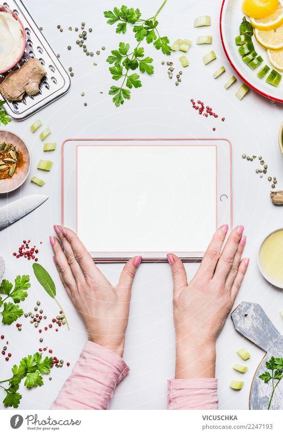 Frauenhände mit Tablet-PC mock up und Lebensmittel Bioprodukte Vegetarische Ernährung Diät Geschirr Stil Design Gesundheit Gesunde Ernährung Häusliches Leben