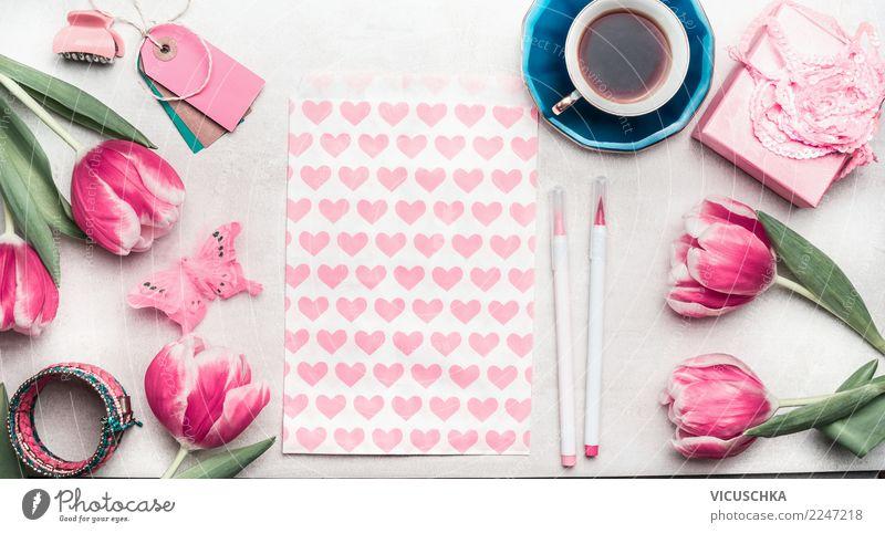 Tisch mit Tasse Kaffee, Geschenk und rosa Tulpen Stil Design Häusliches Leben Schreibtisch Veranstaltung Feste & Feiern Valentinstag Muttertag Hochzeit