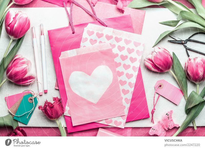 Rosa Geschenk Verpakung mit Tulpen und Herzen Stil Design Tisch Party Veranstaltung Feste & Feiern Valentinstag Muttertag Hochzeit Geburtstag Frühling Blume