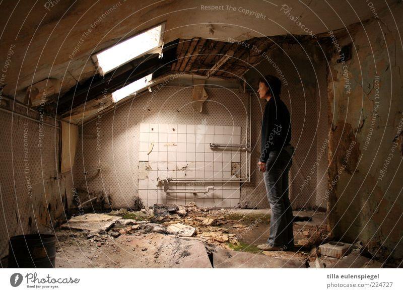 400euro warm? hm! Mensch Frau alt Haus Erwachsene dunkel dreckig kaputt stehen trist Bad beobachten verfallen Fliesen u. Kacheln Ruine Zerstörung