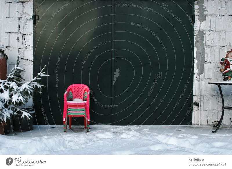 alles muß raus Winter Haus Schnee Garten Fassade Tisch Stuhl Tor Tanne Stapel Tannenzweig Plastikstuhl