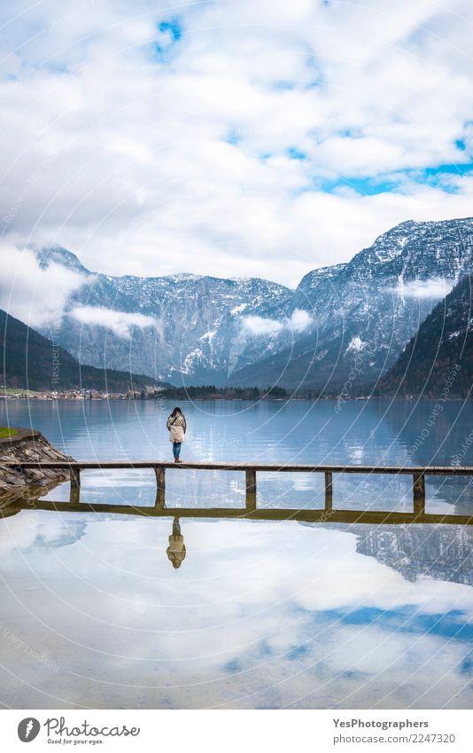Frau, die eine alpine Landschaft genießt Mensch Natur Ferien & Urlaub & Reisen Jugendliche Junge Frau Einsamkeit Berge u. Gebirge 18-30 Jahre Erwachsene feminin