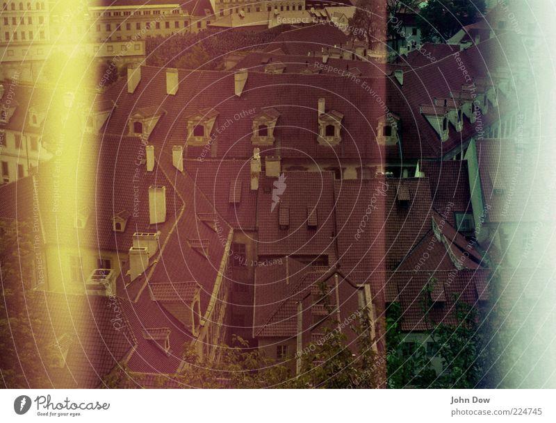 Goldene Stadt alt Ferien & Urlaub & Reisen Haus Fenster Architektur Fassade Dach Vergänglichkeit Bauwerk Vergangenheit historisch Schornstein Hauptstadt Nostalgie Surrealismus gestreift