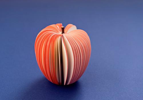 Gefälschter Apfel vom Papier auf dem purpurroten Hintergrund Lebensmittel Frucht Diät Lifestyle Gesundheitswesen Dekoration & Verzierung Tapete Kind Schule