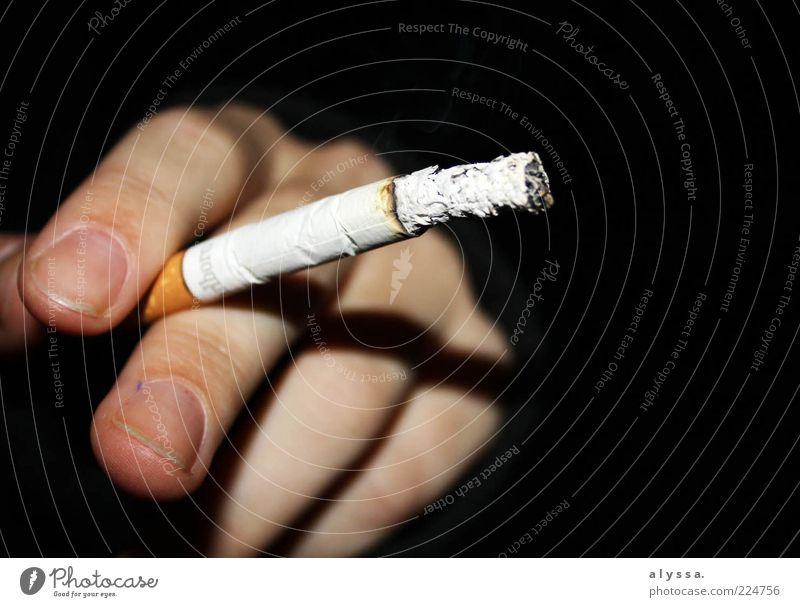smoking time. Rauchen Hand Finger Zigarette schwarz weiß Gelassenheit Sucht Farbfoto Außenaufnahme Nacht Zigarettenasche Zeit warten Zigarettenspitze