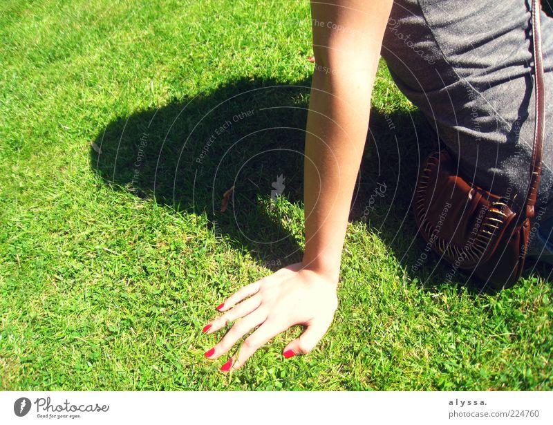 sonnige Zeiten. Mensch Jugendliche Hand grün Erholung feminin Gras Arme Rasen dünn Sonnenbad Fingernagel Junge Frau Anschnitt Bildausschnitt Nagellack