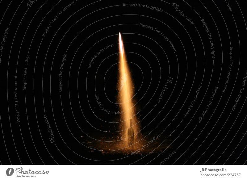 Raketenstart Bewegung Beginn Silvester u. Neujahr Flasche Feuerwerk Neuanfang Lichtschein Nachtaufnahme Leuchtspur Partystimmung Zischen