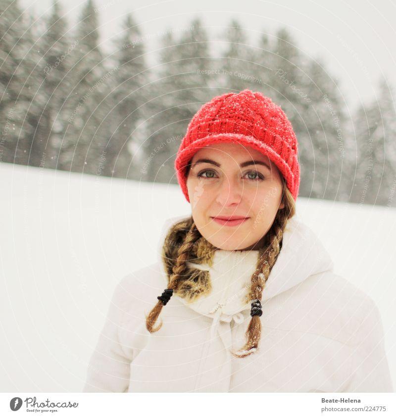 Schneeweißchen und Rosenrot Junge Frau Jugendliche 1 Mensch 18-30 Jahre Erwachsene Winter Schneefall Jacke Mütze blond Zopf genießen Lächeln authentisch