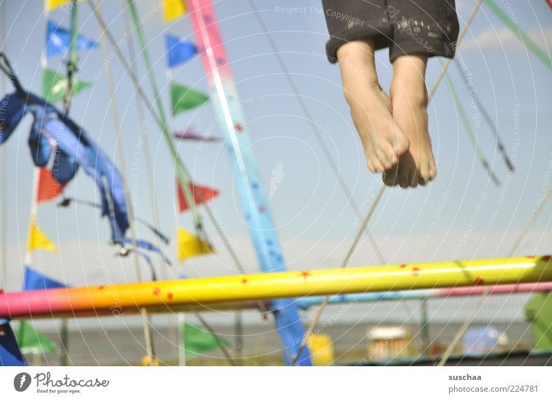 einfach mal baumeln lassen .. Kind Kindheit Fuß Luft Himmel Sommer Schönes Wetter Strand Kunststoff Bewegung springen Freude Lebensfreude Fahne Außenaufnahme