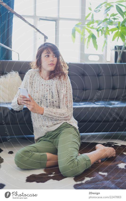 Frau, die am Handy, sitzend auf Wohnzimmerboden spricht Lifestyle Glück schön Erholung Freizeit & Hobby Wohnung Sofa sprechen Telefon PDA Technik & Technologie