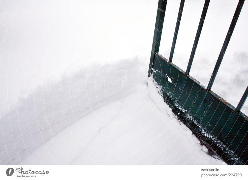 Eingang Winter Klima Schnee Tür kalt Schneedecke Tor Gartentor Neuschnee Schneehöhe Ecke aufmachen offen Farbfoto Außenaufnahme Detailaufnahme Menschenleer