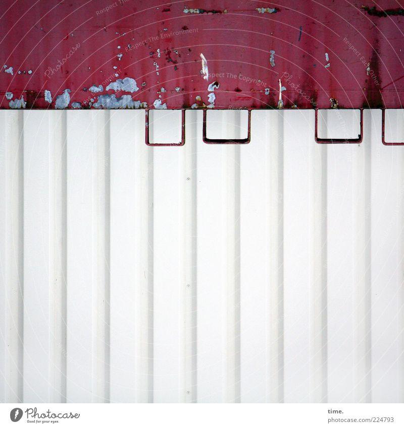 HH10.2 | Iron.Ic Lack Metall Rost kaputt rot weiß Farbe Blech Metallwaren Eisen parallel Lagerhalle Öse lackiert Farbstoff Farbfoto Außenaufnahme Detailaufnahme