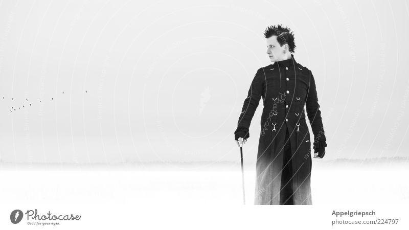 Winterblick Mensch Jugendliche ruhig Einsamkeit schwarz kalt Schnee Stil träumen Denken Erwachsene Vogel Feld warten Horizont