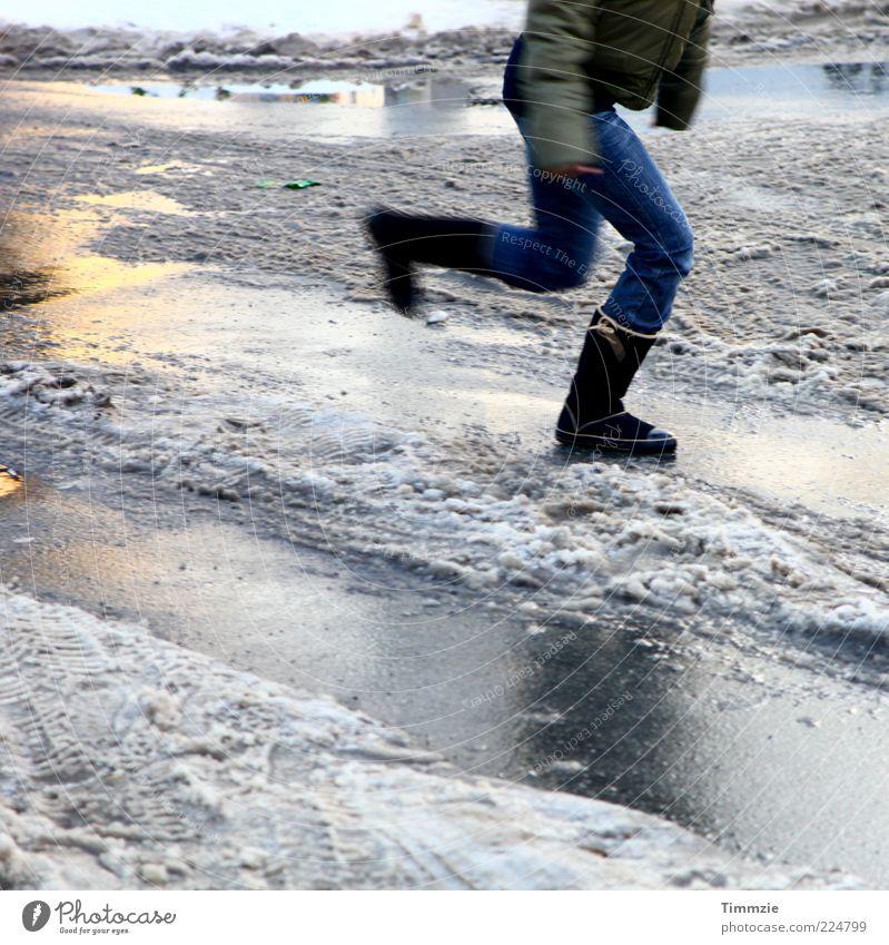 like ice in the sunshine Winter Junge Frau Jugendliche Beine Wasser Eis Frost Schnee Bewegung rennen springen glänzend Geschwindigkeit kalt rutschen