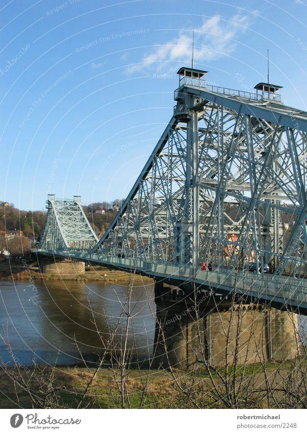 Blaues Wunder Mensch Wasser Himmel blau Wiese Wasserfahrzeug laufen Brücke fahren Fluss Dresden Stahl Säule Eisen Elbe Villa