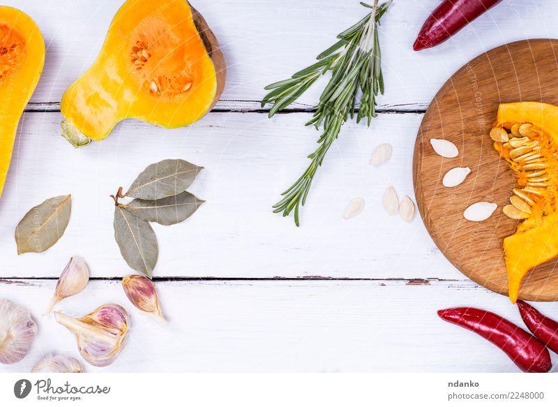 Stücke von frischem Kürbis und Gewürzen Natur weiß Speise Essen gelb Herbst natürlich Holz Ernährung Dekoration & Verzierung Tisch Kräuter & Gewürze Küche