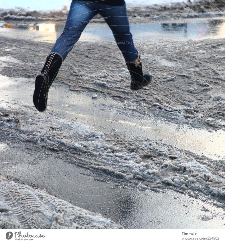 Eiswüste Junge Frau Jugendliche Beine 18-30 Jahre Erwachsene Stiefel springen Freude Lebensfreude Begeisterung selbstbewußt Leichtigkeit Kontrast
