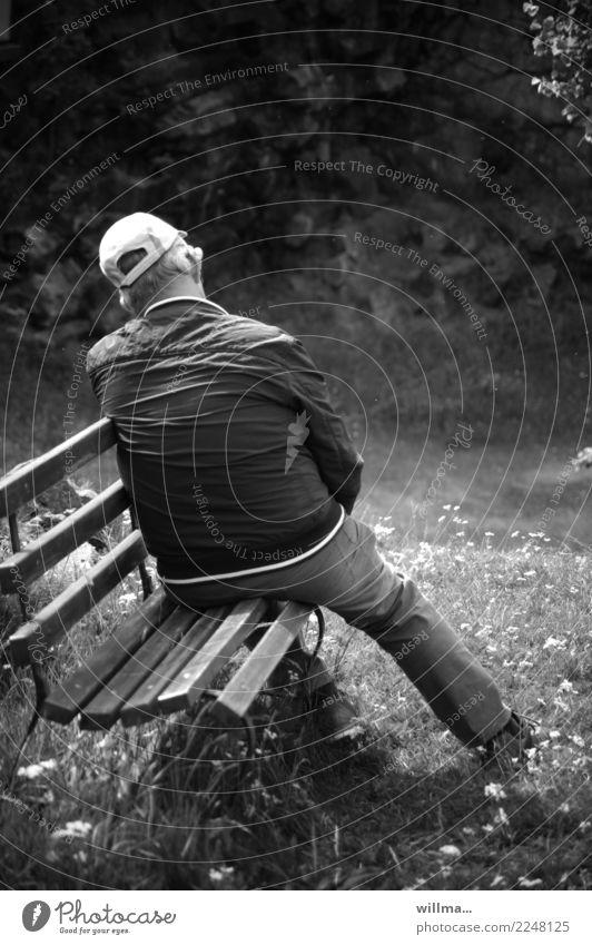 Müder Mann ruht sich auf der Bank vom Wandern aus Senior müde ausruhen wandern Ausflug Ruhestand Mensch Baseballmütze Gartenbank Parkbank Erholung schlafen