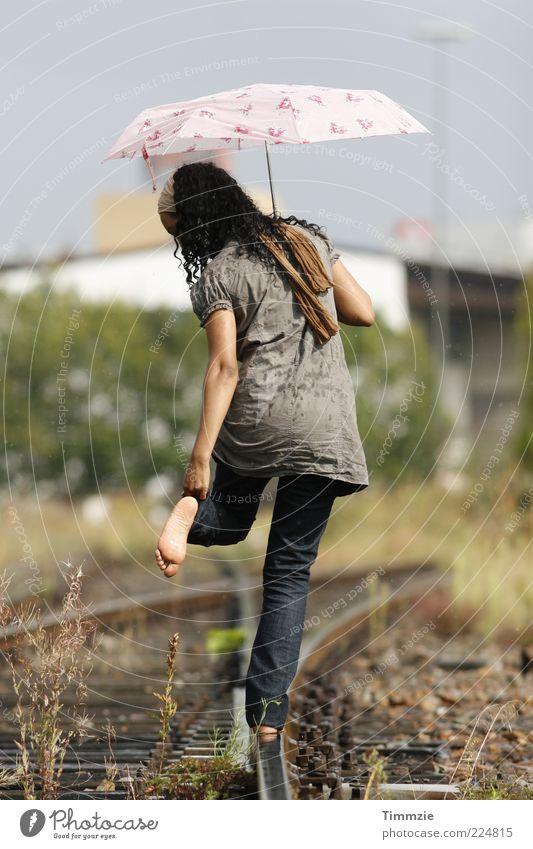 sommerregen Zufriedenheit Freiheit Junge Frau Jugendliche Fuß 18-30 Jahre Erwachsene Wassertropfen Sommer Regen Gleise Weiche Accessoire Regenschirm Kopftuch
