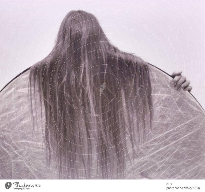 haarig Mensch Frau Erwachsene Haare & Frisuren 1 langhaarig Reflektor verstecken vermummen unkenntlich Schwarzweißfoto Studioaufnahme Hintergrund neutral